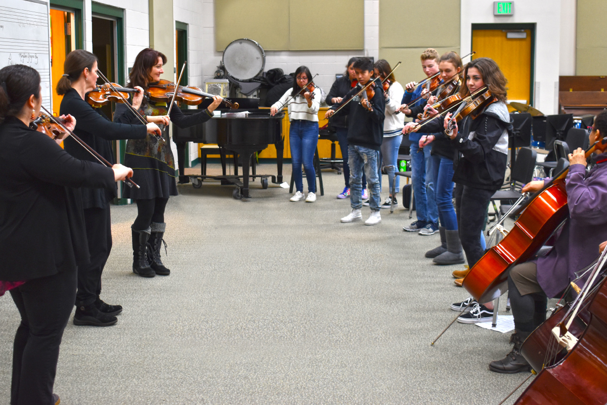 violinists teaching students
